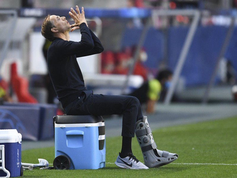 Thomas Tuchel na lavičke PSG počas súboja s Atalantou Bergamo