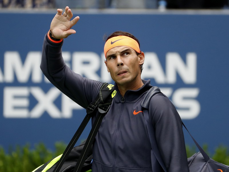 Rafael Nadal zdraví fanúšikov pri príchode na kurt