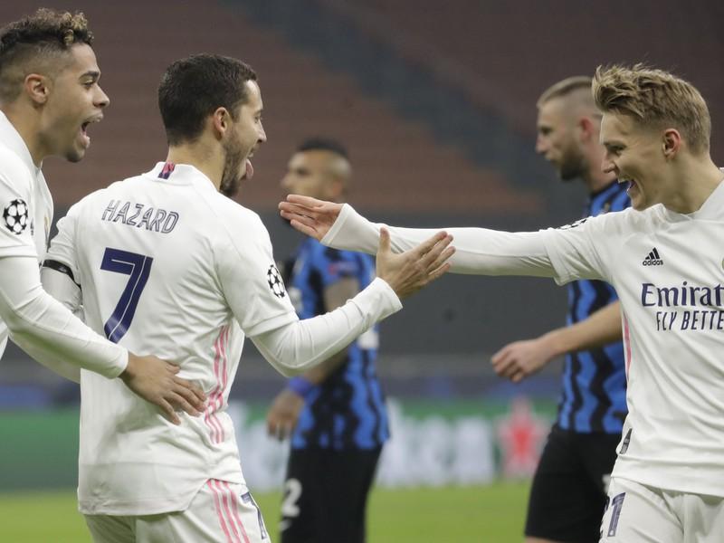 Eden Hazard sa raduje so spoluhráčmi z gólu