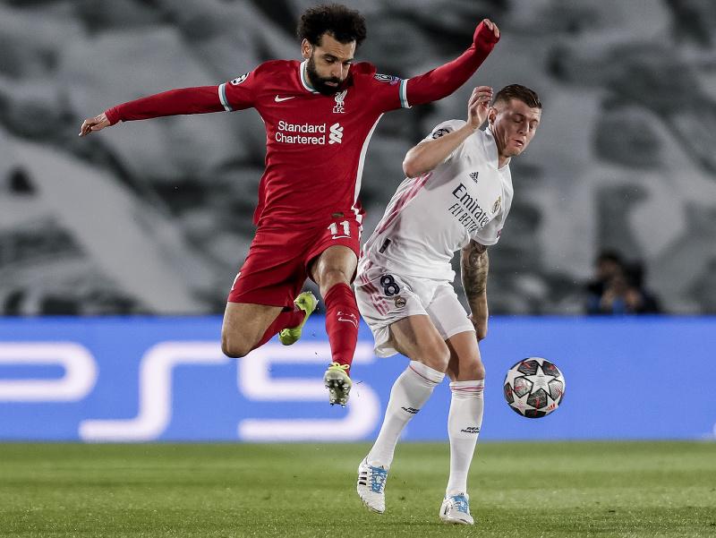 Mohamed Salah (vľavo) v súboji s Tonim Kroosom