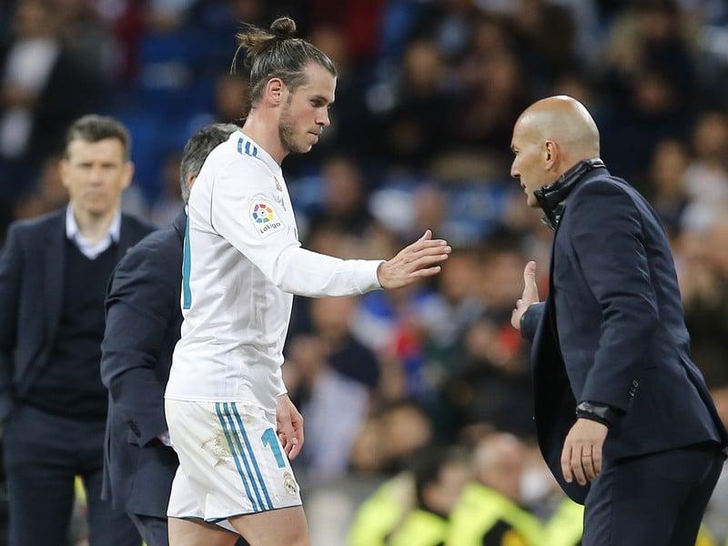 Hráč Realu Madrid Gareth Bale (vľavo) a tréner Realu Madrid Zinedine Zidane