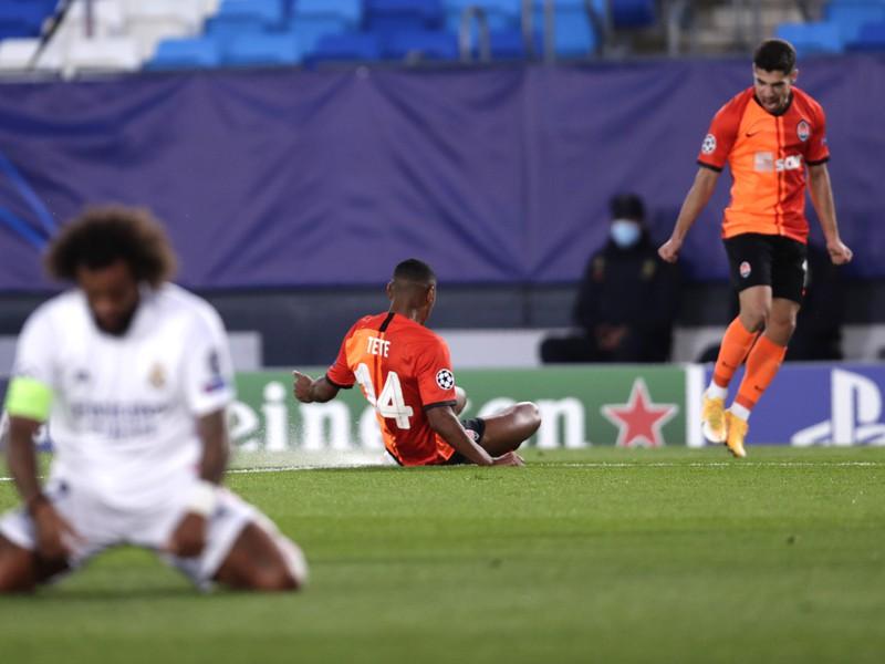 Tete oslavuje so spoluhráčmi gól do siete Realu Madrid