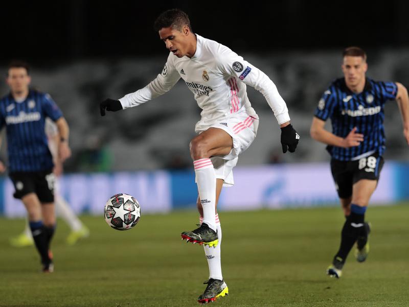 Raphaël Varane s loptou