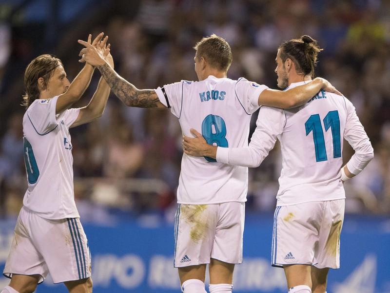 Luka Modrič, Toni Kroos a Gareth Bale sa radujú z gólu