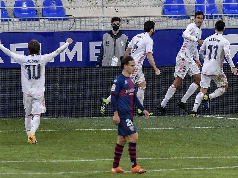 Raphael Varane oslavuje gól