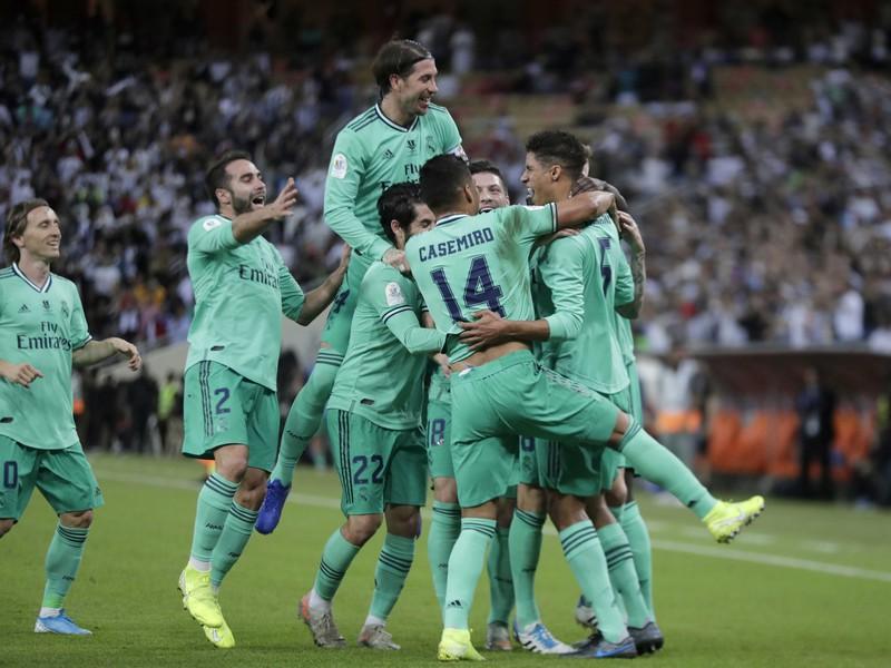 Radosť hráčov Realu Madrid po góle do siete Valencie