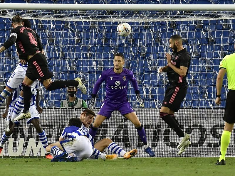 Sergio Ramos hlavičkuje