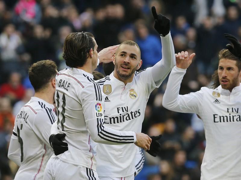Karim Benzema so spoluhráčmi oslavuje gól do siete San Sebastiánu