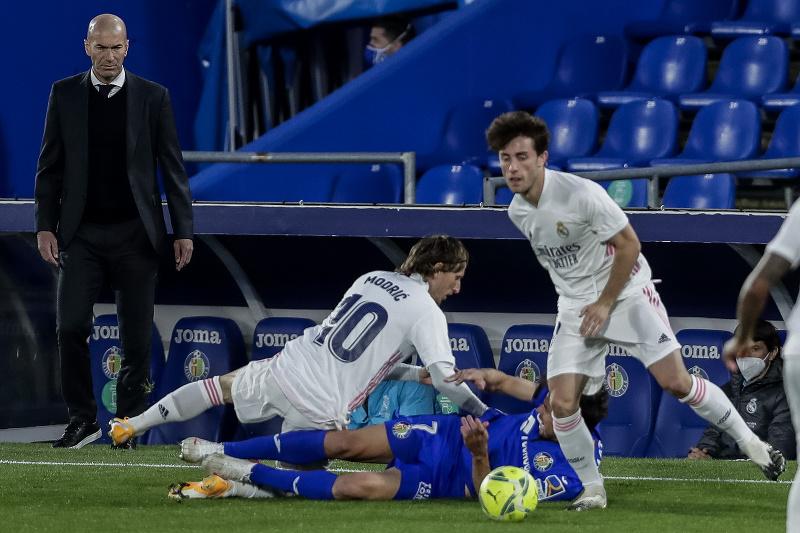 Kouč Realu Madrid Zinedine Zidane sleduje svojich zverencov