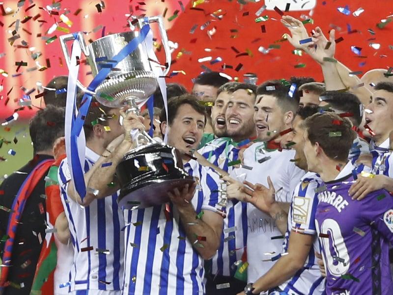 Hráči Realu Sociedad s trofejou