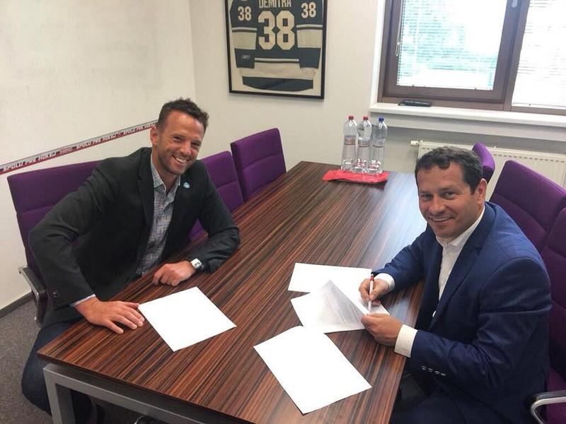 Martin Kohút a Richard Lintner podpisujú novú zmluvu