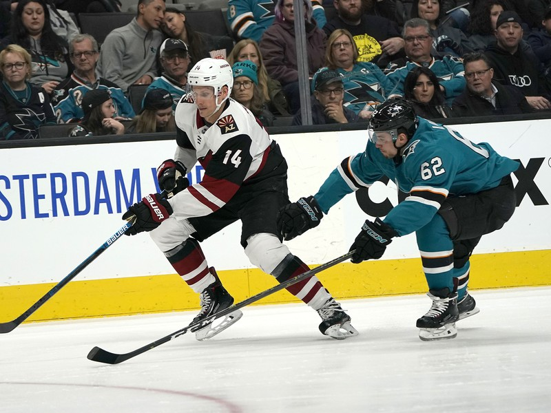Slovenský hokejista v drese Arizony Coyotes Richard Pánik (vľavo) a hráč San Jose Sharks Kevin Labanc bojujú o puk v zápase zámorskej hokejovej NHL Arizona Coyotes - San Jose Sharks