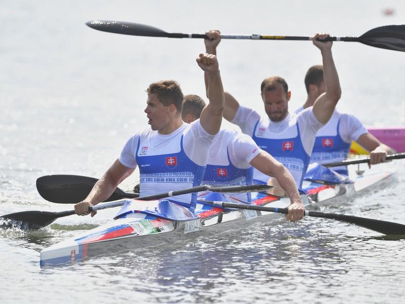 Slovenský štvorkajak v zložení Denis Myšák, Erik Vlček, Juraj Tarr a Tibor Linka sa raduje zo zisku striebra vo A-finále K4 na 1000 metrov