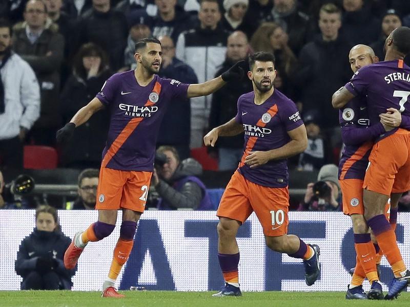Riyad Mahrez (vľavo) oslavuje gól