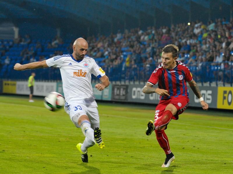Filip Hlohovský z FK Senica a Róbert Vittek z ŠK Slovan Bratislava
