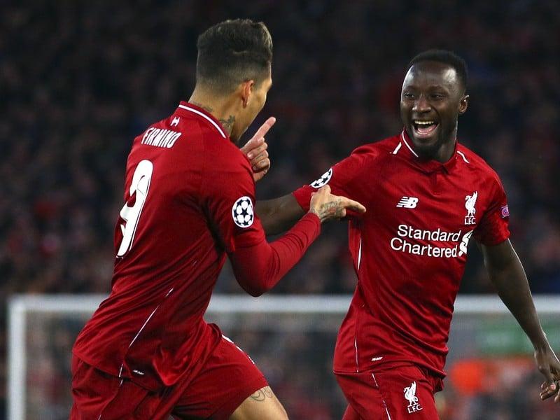 Na snímke vpravo guinejský stredopoliar Liverpoolu Naby Keita oslavuje úvodný gól, vľavo jeho spoluhráč Roberto Firmino