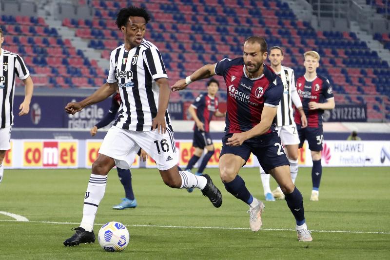 Futbalista Rodrigo Palacio (vpravo) z Bologne a  Juan Cuadrado z Juventusu Turín v súboji o loptu