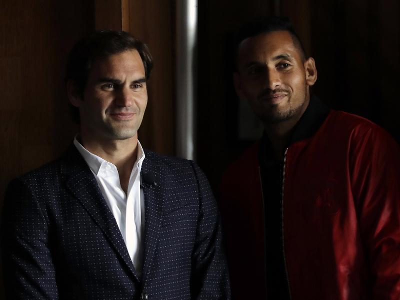 Austrálsky tenista Nick Kyrgios (vpravo) a Švajčiar Roger Federer počas propagácie Laver Cupu