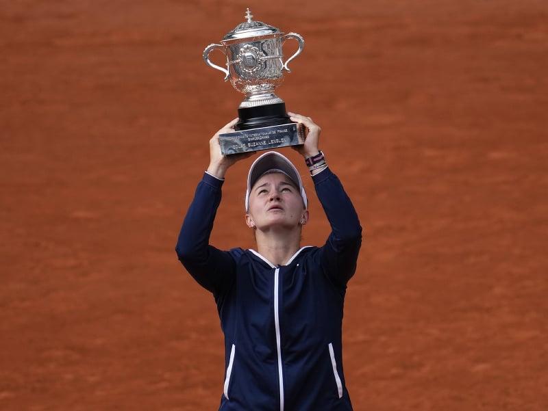 Česká tenistka Barbora Krejčíková s trofejou pre víťazku Roland Garros