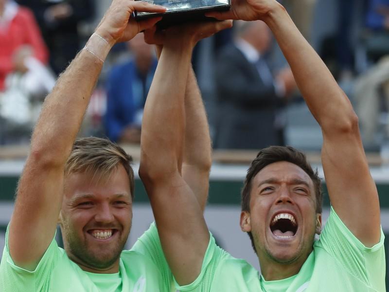 Kevin Krawietz (vľavo) a Andreas Mies s grandslamovou trofejou