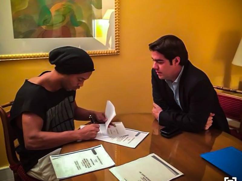 Ronaldinho podpisuje zmluvu