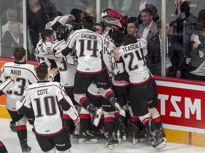 Hráči Rouyn-Noranda Huskies oslavujú zisk prvého Memorial Cupu vo svojej histórii