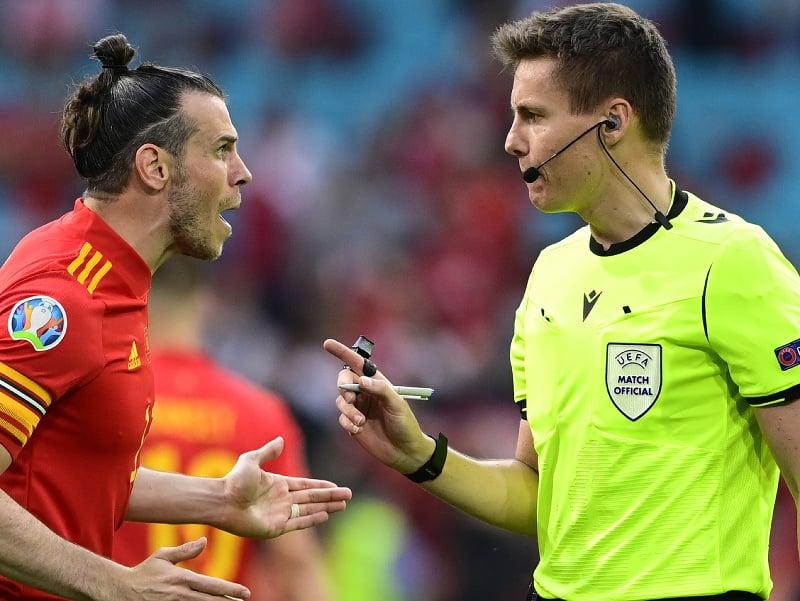 Gareth Bale a rozhodca Daniel Siebert