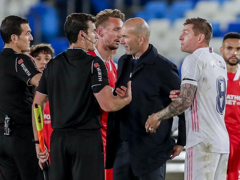 Zinedine Zidane po zápase v diskusii s rozhodcom