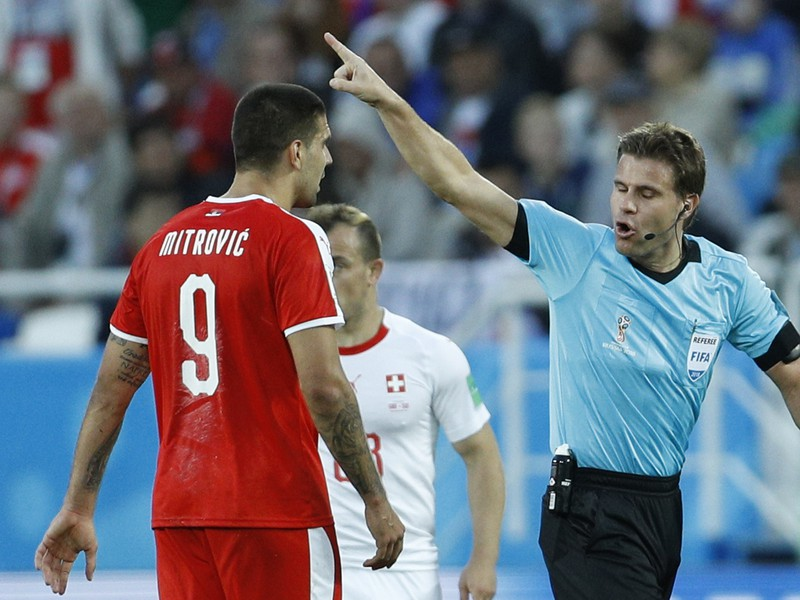 NeMmecký hlavný rozhodca Felix Brych napomína srbského hráča