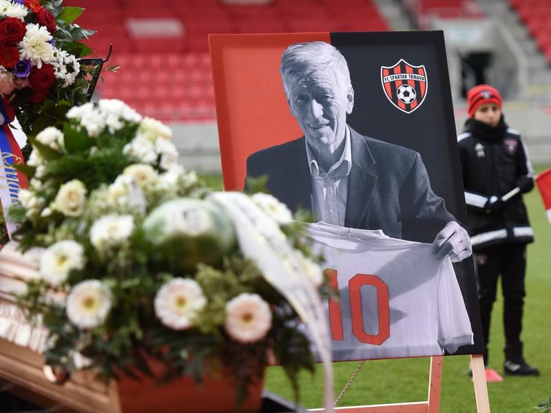 Snímka z rozlúčky so zosnulou slovenskou futbalovou legendou Jozefom Adamcom na Štadióne Antona Malatinského v Trnave