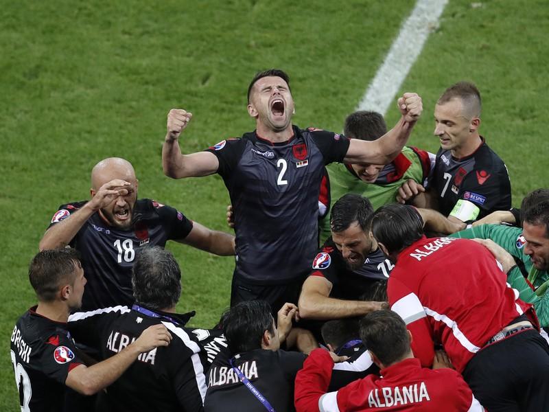 Oslavy Albáncov po historicky prvom strelenom góle na európskom šampionáte