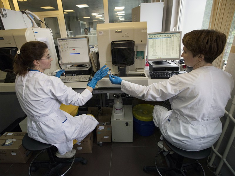 Na archívnej snímke z 24. mája 2016 zamestnankyne Ruskej antidopingovej agentúry (RUSADA) pracujú v laboratóriu so vzorkami v Moskve.