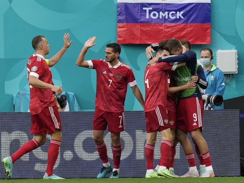Radosť ruských futbalistov po góle Alexeja Mirančuka