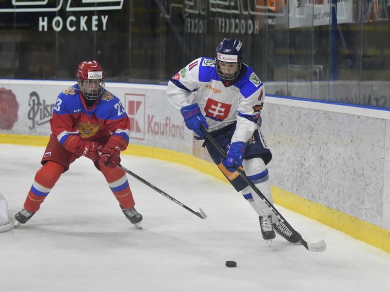 Na snímke vpravo hráč Slovenska Matej Kašlík a vľavo hráč Ruska Dmitrij Zlodejev