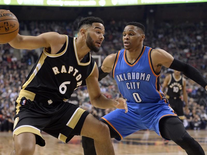 Hráč Oklahoma City Thunder Russell Westbrook (vpravo) bráni Coryho Josepha z Toronta Raptors