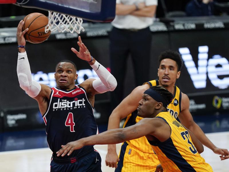Na snímke vľavo hráč Wizards Russell Westbrook  strieľa na kôš