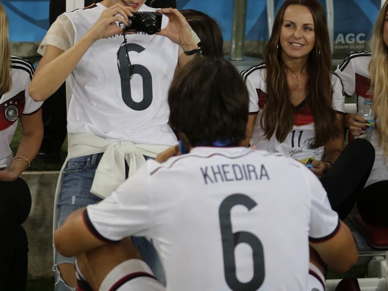 Krásna Lena Gercke si fotí priateľa Samiho Khediru s pohárom