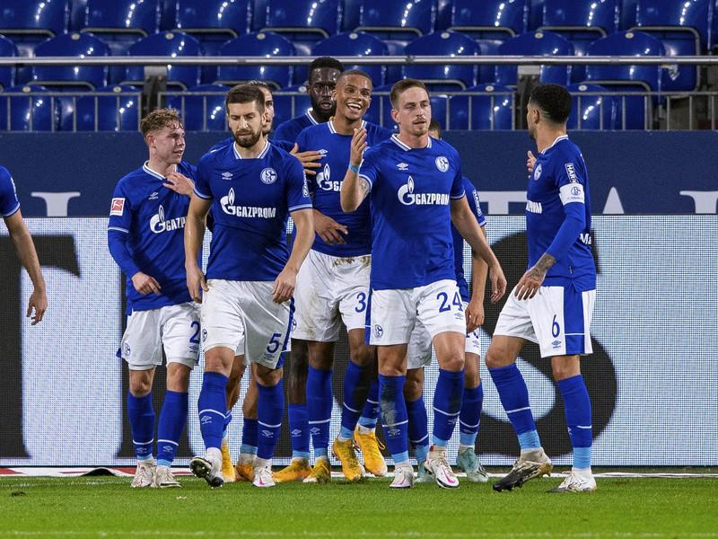Hráči Schalke sa tešia z gólu