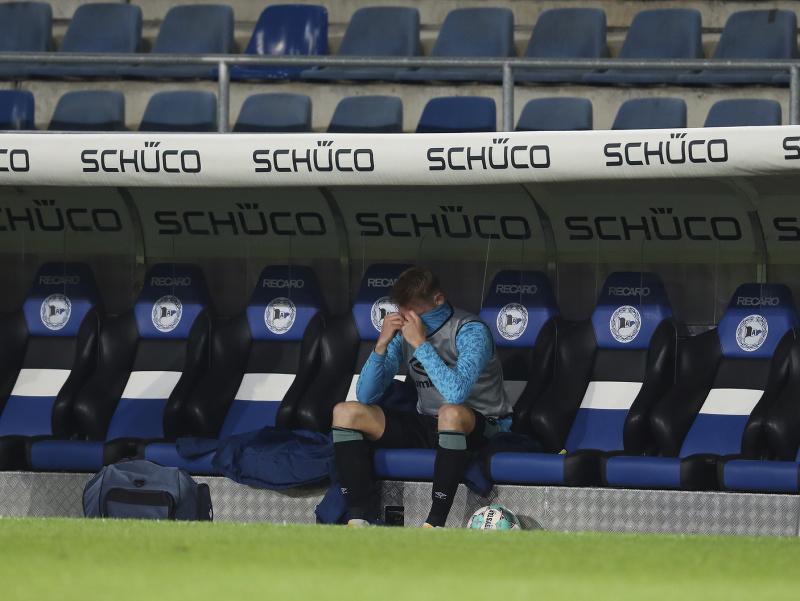 Sklamaný obranca Timo Becker na lavičke po zápase