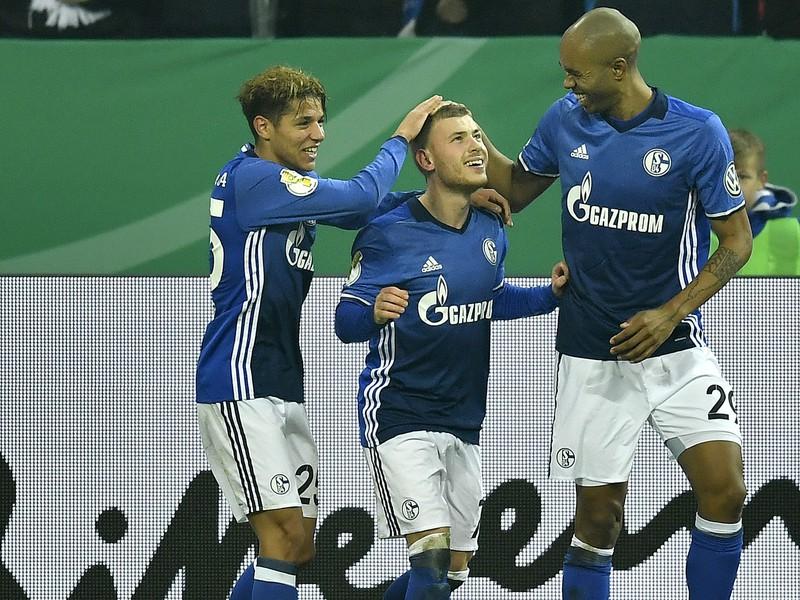 Max Meyer sa raduje z gólu so spoluhráčmi