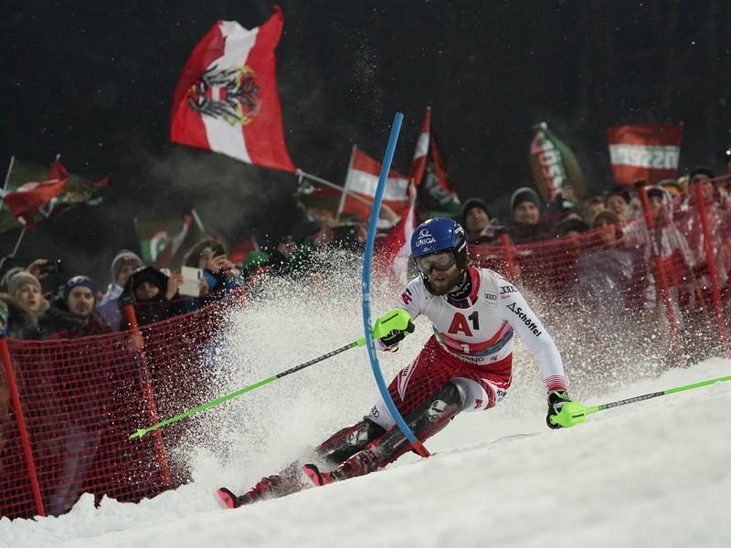 Marco Schwarz počas nočného slalomu v Schladmingu
