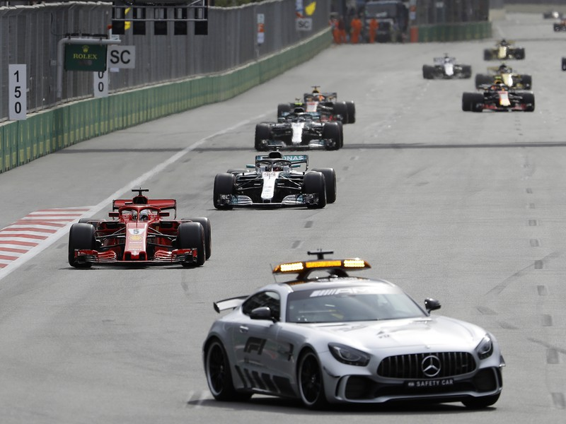 Safety car a za ním vedúci Sebastian Vettel