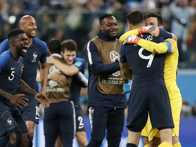 Samuel Umtiti so spoluhráčmi oslavuje postup Francúzska do finále