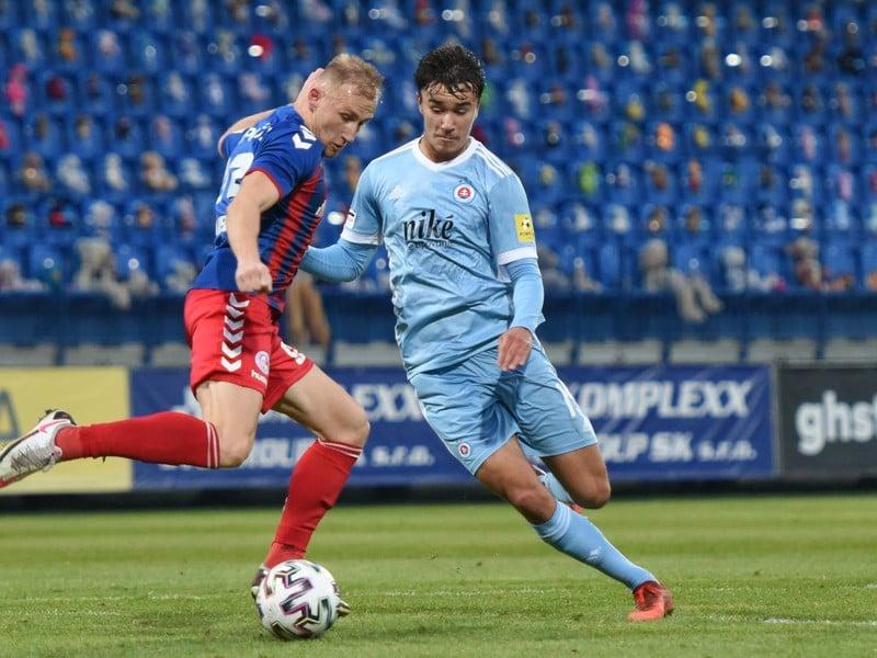 Na snímke vľavo hráč Senice Miloš Kopečný a hráč Slovana Dávid Strelec