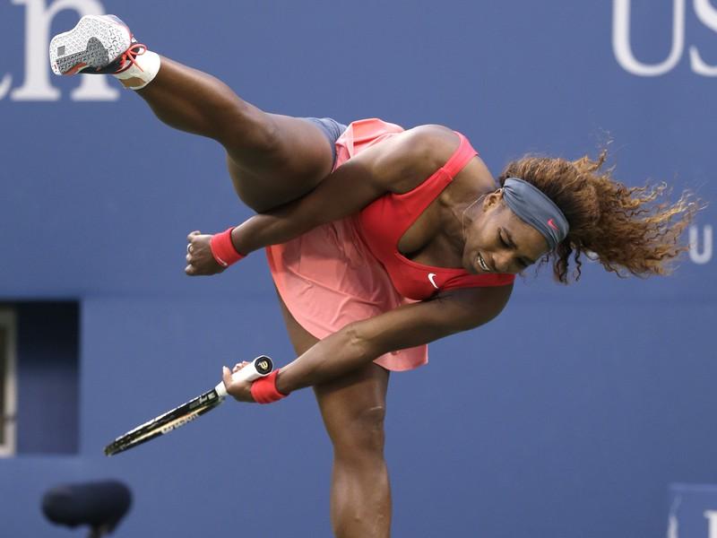 Serena Williamsová na kurte stvára rôzne pózy