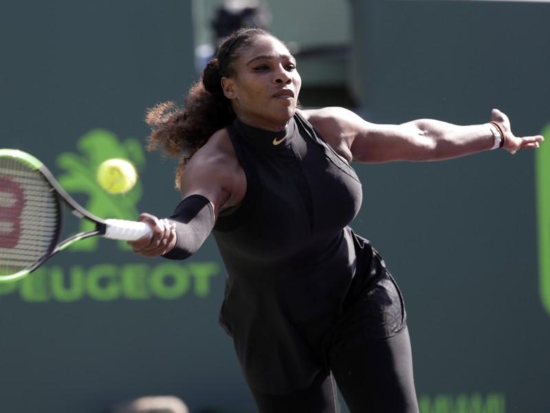 Serena Williamsová skončila v prvom kole na rakete Naomi Osakovej