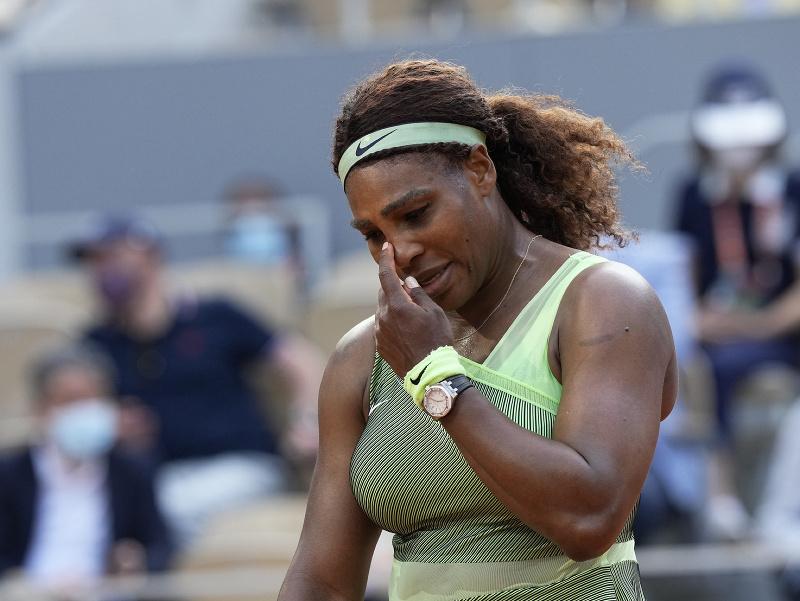 Serena Williamsová smúti po prehre na Roland Garros