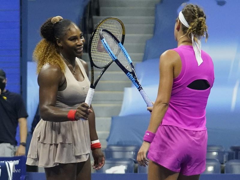 Serena Williamsová si ťuká raketu s Viktoriou Azarenkovou