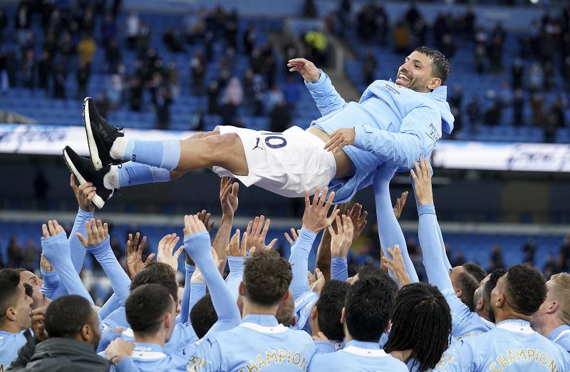 Hráči Manchestru City vyhadzujú do vzduchu spoluhráča Sergia Agüera počas osláv majstrovského titulu