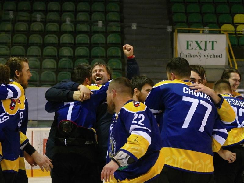 Na snímke radosť hokejistov Spišskej Novej Vsi po postupe do Tipos extraligy